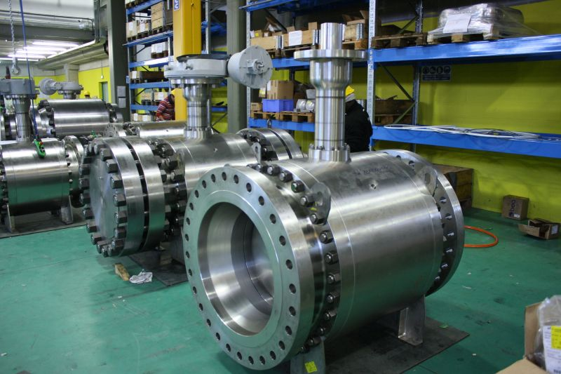 High pressure trunnion side entry bolted ball valves for cryogenic service